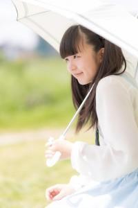 日傘をさす女の子