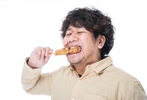 からあげを食べる男性