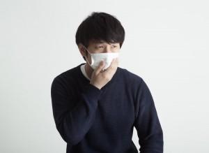 マスクをする男性