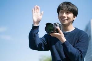 カメラで撮影する男性