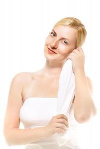 タオルを持つ女性