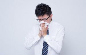 鼻をかむ男性