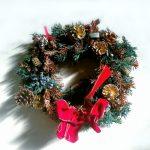 クリスマスリースを玄関ドアに簡単に綺麗に飾り付ける方法